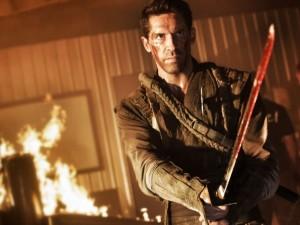 Casey (Scott Adkins) após combate sangrento com Goro.