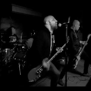 Besta em ação (esq. pra dir.): Lafayette (bateria), Rick Chain (guitarra e vocal) e Gaza (baixo)