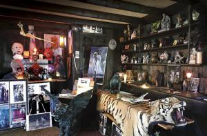"""Uma visão geral do """"Warren's Occult Museum"""" em Monroe, Connecticut. Uma bizarra coleção de souvenirs."""