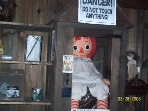 A verdadeira boneca Annabelle, em exposição no museu Warren.