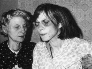 Anneliese Michel durante exorcismo