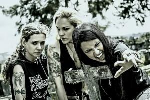 Nervosa (da esq. pra dir.): Pitchu Ferraz (bateria), Prika Amaral (guitarra) e Fernanda Lira (baixo e vocal)