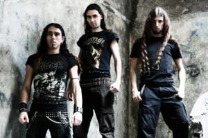 Skinning (esq. pra dir.): Luís Barroso (bateria), Vitor Lopes (vocal e guitarra) e Baal Roi (baixo)
