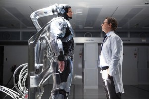 Dr. Norton (Gary Oldman) colocando Murphy (Joel Kinnaman) pra dormir!