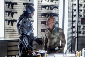 Robocop (Joel Kinnaman) e Matox (Jackie Earle Haley). Baixinho folgado esse!