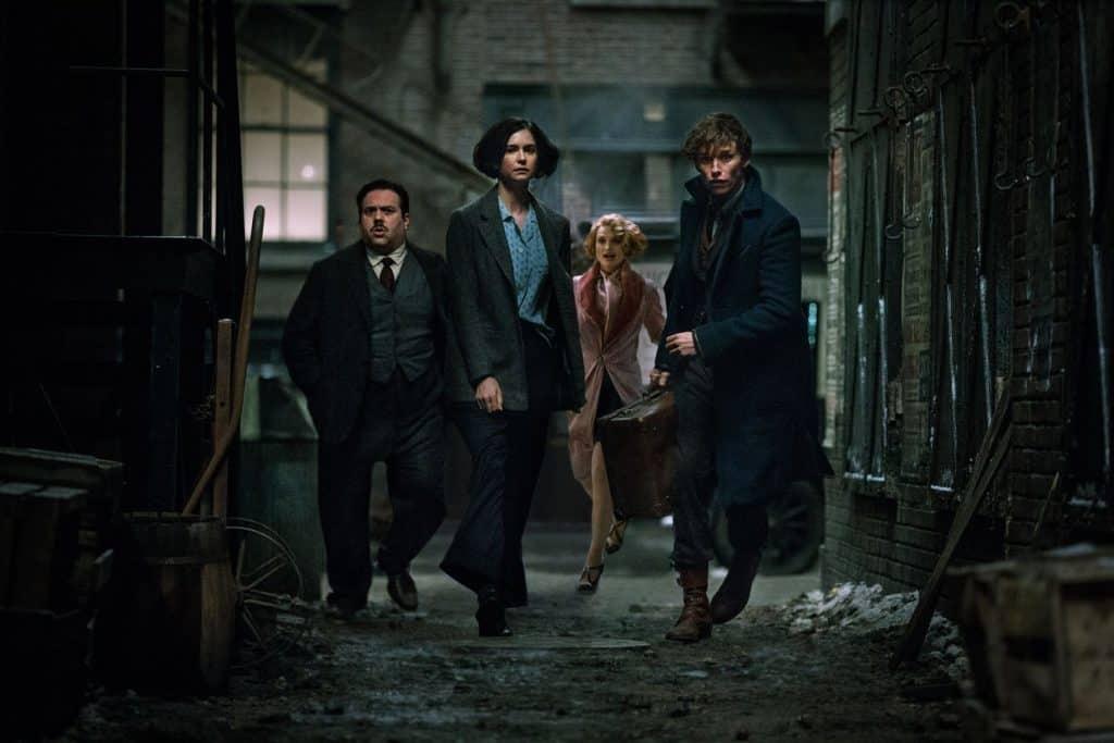 Trio de bruxos e seu amigo não-maj formam a linha de frente do filme.