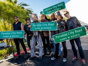 "Membros da banda na ""Paradise City Road"""