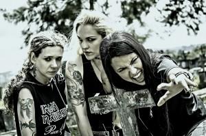 Nervosa (da esq. pra dir.): Pitchu Ferraz (bateria), Prika Amaral (guitarra) e Fernanda Lira (vocal e baixo)