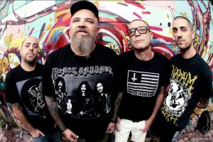 Boka (bateria), Gordo (vocal), Jão (guitarra) e Juninho (baixo)