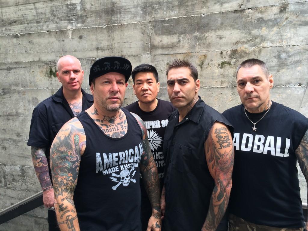 Agnostic Front (esq. p/ dir.): Craig Silverman (guitarra), Roger Miret (vocal), Pokey Mo (bateria), Mike Gallo (baixo) e Vinnie Stigma (guitarra)