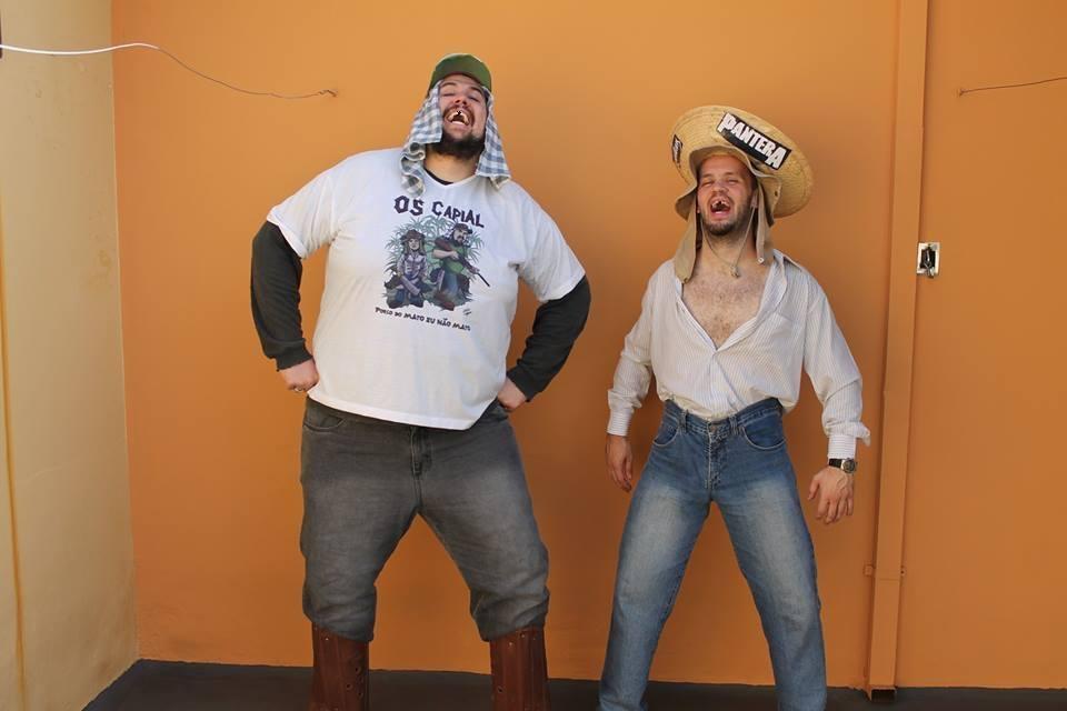 Um show de moda rural com Dito (vocal e guitarra) e Bento (bateria)